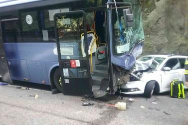 SZÖRNYŰ BALESET: Szívinfarktust kapott a buszsofőr, három autóval ütközött, sokan megsérültek