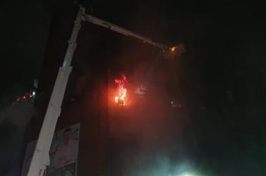 Tűzvész pusztított egy tajvani toronyházban, többen meghaltak és megsérültek