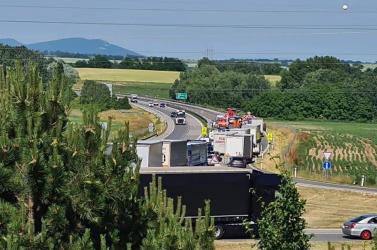 Hátulról belehajtott a lassuló járművekbe egy Passat – hárman megsérültek, egy kislányt mentőhelikopterrel vittek el