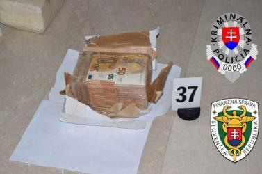 Nagyszabású rendőrségi akció: adócsaló bűnszervezetre csaptak le, 250 ezer euró készpénzt foglaltak le