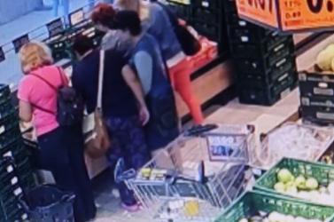 Akcióban a tolvajok: észre sem venni, hogyan emelték el a hölgy pénztárcáját (videó)