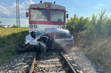 Halálos baleset: Személyautóval ütközött egy vonat, a sofőr és kutyája is életét vesztette