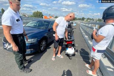 Jogsi nélkül, forgalommal szemben haladt az autópályán egy motoros