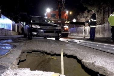 Beszakadt az út egy kocsi alatt Kassán