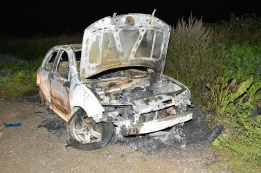 Unatkozhattak a gyerekek, ezért lelocsoltak benzinnel egy autót és felgyújtották
