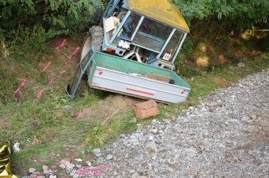 Tragikus baleset: egy nő kiesett a sziklán áthajtó traktorból, a sofőr életét vesztette