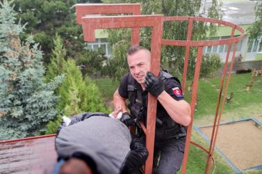 Pókemberként lavírozott a tetőn a dunaszerdahelyi járásbeli betörő, de a rendőrök elől nem tudott meglépni