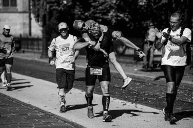 Le a kalappal: Hátán vitt be a célba egy rendőr egy sérült nőt a maratonon