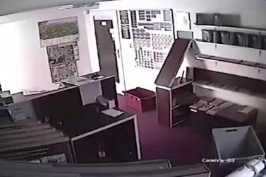 Rejtély: éjszakánként könyvek potyognak a polcokról egy múzeumban (videó)