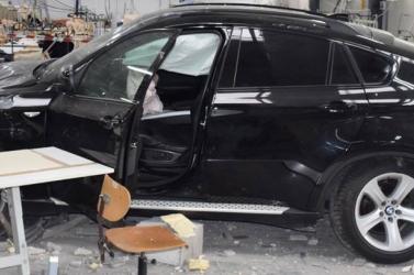 Egy BMW hajtott a varroda épületébe, többen megsérültek (FOTÓK)