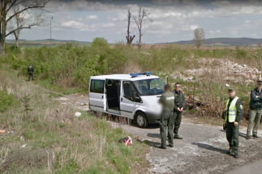 Ciki pillanatban kapott el a Google Street View egy rendőrt a szlovák-magyar határon (FOTÓ)
