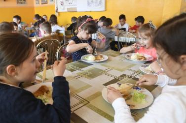 Ingyenes iskolai étkeztetés – kacsintás a populizmus másik oldaláról