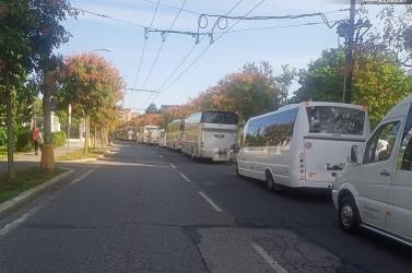 Több autóbusz is blokkolta a kormányhivatal előtti utat, majd a parlamenthez indultak