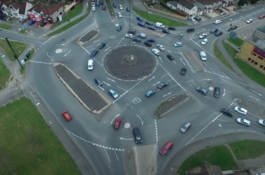 Kikészülnek a közlekedők ettől a horrorkörforgalomtól (VIDEÓ)