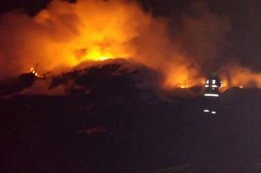 Továbbra is nagy erőkkel oltják az ipartelepen keletkezett tüzet