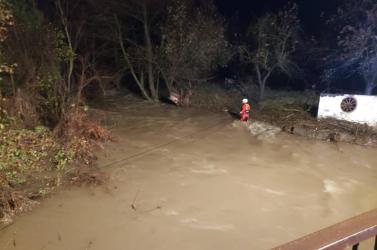 TRAGÉDIA: Mindhárom nő életét vesztette, akiket kutyamentés közben magával ragadott a megáradt folyó