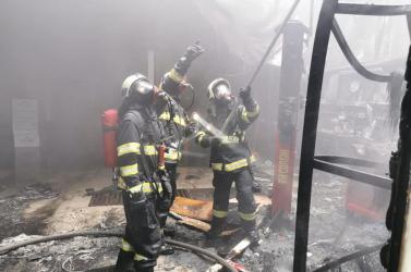 Gumiabroncs-kereskedés lángolt Pozsonyban (FOTÓK, VIDEÓ)