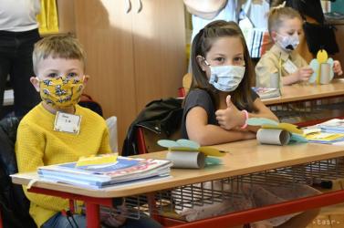 Két hónap után, szájmaszkban ugyan, de visszatérnek a gyerekek az iskolapadba