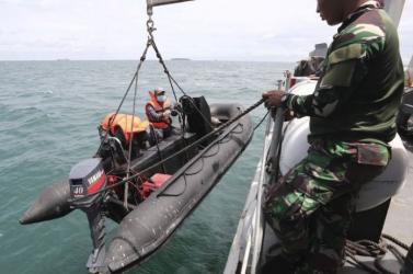 Megtalálták a búvárok a lezuhant indonéz repülő egyik adatrögzítőjét