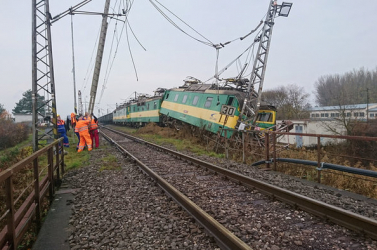 Kisiklott a vonat, nekicsapódott a magasfeszültségű oszlopnak