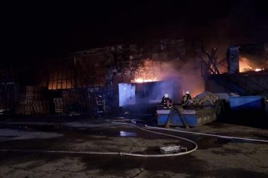 Hatalmas tűz volt az éjszaka – 35 tűzoltó küzdött a lángokkal