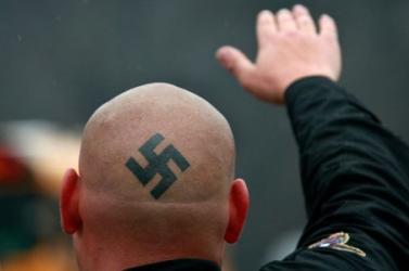 Fasisztához méltón üdvözölte társait egy ĽSNS-es a bíróságon