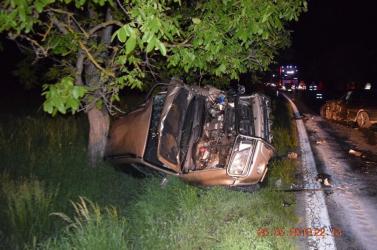 Kátyút akart kikerülni, frontálisan ütközött egy másik autóval (FOTÓK)
