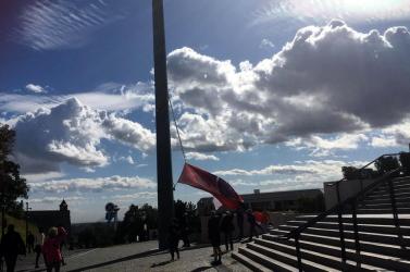 Az erős szél Danko zászlórúdját is megtépázta (videó)