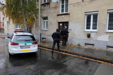 Segélykiáltásokat hallottak egy lakóháznál, a rendőrök erőszakkal hatoltak be egy lakásba