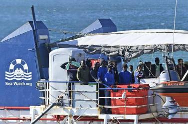 Civil hajó tett partra menekülteket Szicílián