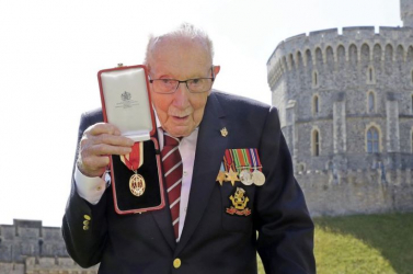 Bronzszoborral állít emléket az adománygyűjtő Tom kapitánynak egy brit szobrász