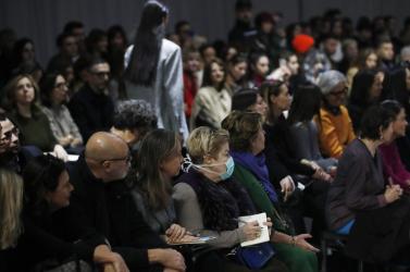 Koronavírus: Az Armani divatház üres székek előtt mutatta be kollekcióját Milánóban