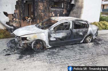 Úgy felgyújtottak egy autót, hogy a lángok a közelben lévő házra is átterjedtek