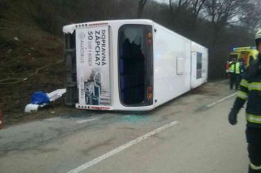 Felborult egy autóbusz - sérültek is vannak