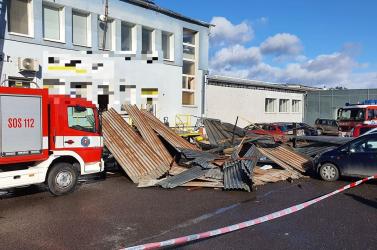 SZÉLVIHAR: Parkoló autókat terített be egy épület tetőszerkezete (FOTÓK)