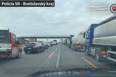 Óriási dugók Pozsonynál, több száz kamion várakozik a határátkelők lezárása miatt (VIDEÓ)