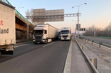 Kamionok blokkolják a forgalmat az autópályán Pozsonynál