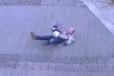 Hullarészeg férfi próbálta vinni az unokáját, többször elesett vele (VIDEÓ)