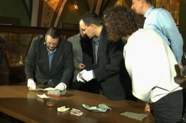 Kiderült, mit rejt a 176 éves időkapszula, amelyet Pozsonyban, Mihály arkangyal szobrában találtak