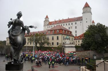 Emberek százai énekelték a magyar himnuszt a szlovák parlament előtt, a Híd és Danko is összefogásra buzdít