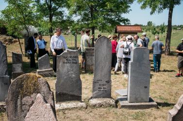 """""""A holtak tisztelete az élők becsülete""""- Emléktáblát lepleztek le az alistáli zsidó temetőben"""