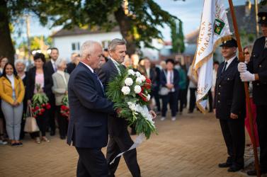 Templomparkot adtak át Egyházkarcsán, majd a II. világháborús hősökre emlékeztek