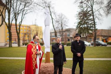 """""""Nem a hatalom szeretete, hanem a szeretet hatalma"""" – emlékoszlopot állítottak Esterházy János tiszteletére Udvardon"""