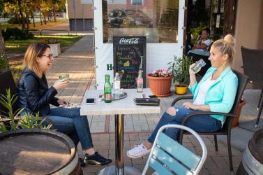 Mától be kell zárni az éttermek és kávézók teraszait