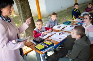 Ösztöndíjat és iskolatáskát kapnak a határon túli kisdiákok