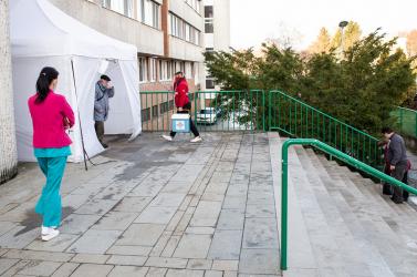 KORONAVÍRUS: Több mint száz halálos áldozat egy nap alatt, megint emelkedett a kórházban kezelt fertőzöttek száma