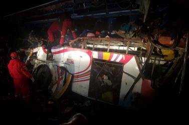 Teherautóval ütközött a busz, 24-en haltak meg