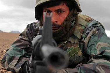 Afgán katonai egyenruhát viselő férfi végzett amerikai katonákkal