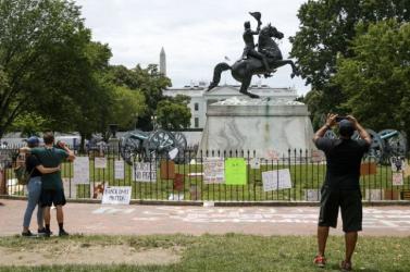 Amerikai tüntetések - A tiltakozók megpróbálták ledönteni Andrew Jackson amerikai elnök lovasszobrát