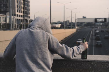 Elképesztő fotókat osztott meg drogfüggő fiáról egy anya